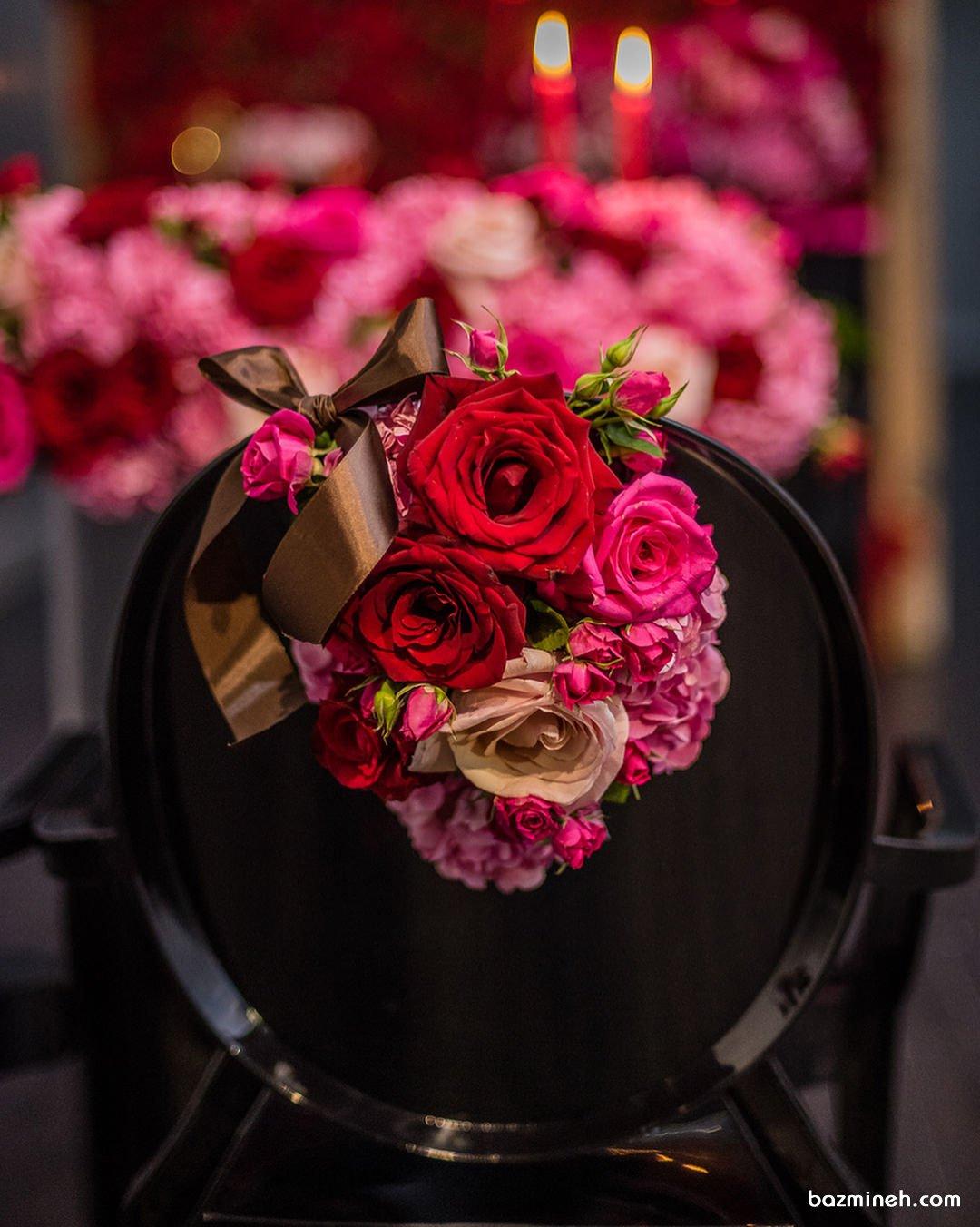 تزیین زیبای صندلی های جشن با گل های رز طبیعی