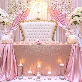 گل آرایی و شمع آرایی شیک و منحصر به فرد جایگاه عروس و داماد در تالار جشن عروسی
