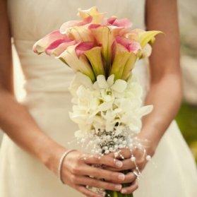 دسته گل ساده و زیبا با گلهای شیپوری و تزیین مروارید