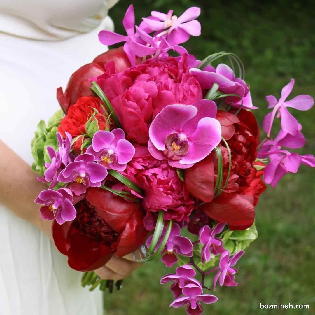 دسته گلی بهاری با گلهای Peony یا صدتومنی قرمز و ارکیده بنفش