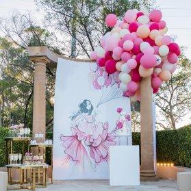 دکوراسیون و بادکنک آرایی فانتزی جشن تولد دخترانه در فضای باز با تم سفید صورتی