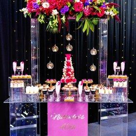 میز آرایی زیبای میز پذیرایی جشن تولد یا نامزدی با تم صورتی مشکی همراه با گل آرایی