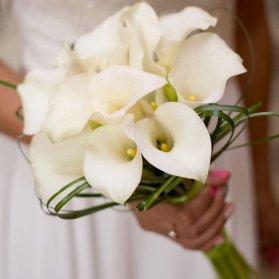 دسته گلی زیبا و ساده با گلهای شیپوری مناسب عروس خانم ها با استایل کلاسیک