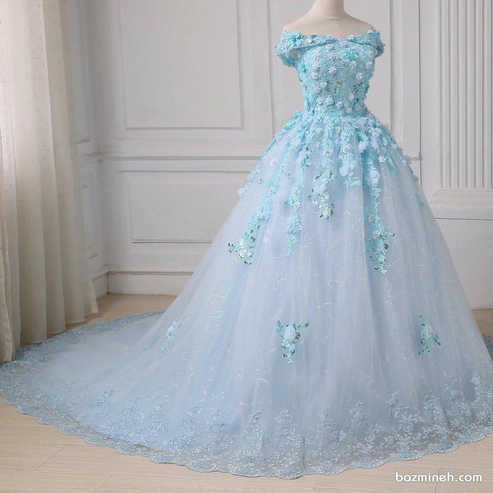 لباس نامزدی با پارچه آبی رنگ همراه با گل های برجسته و یقه دلبری باز و دامن پفی دنباله دار