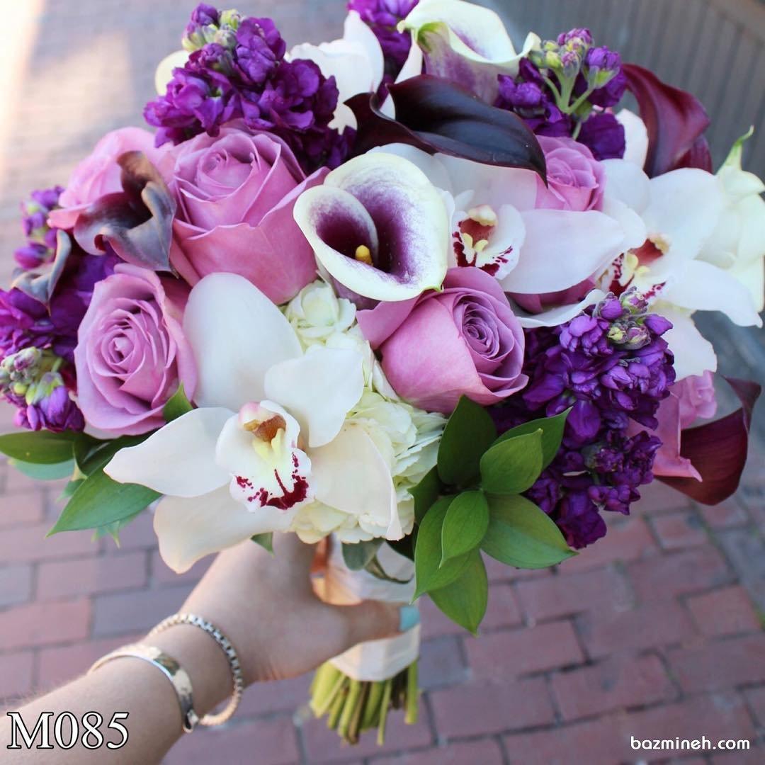 دسته گلی از گلهای رنگارنگ با تم بنفش مناسب عروس خانم ها با استایل یونیک