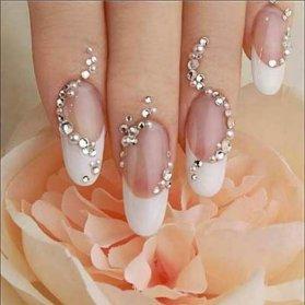 دیزاین زیبای ناخن های فرنچ شده با نگین مناسب برای عروس خانم ها در روز عروسی