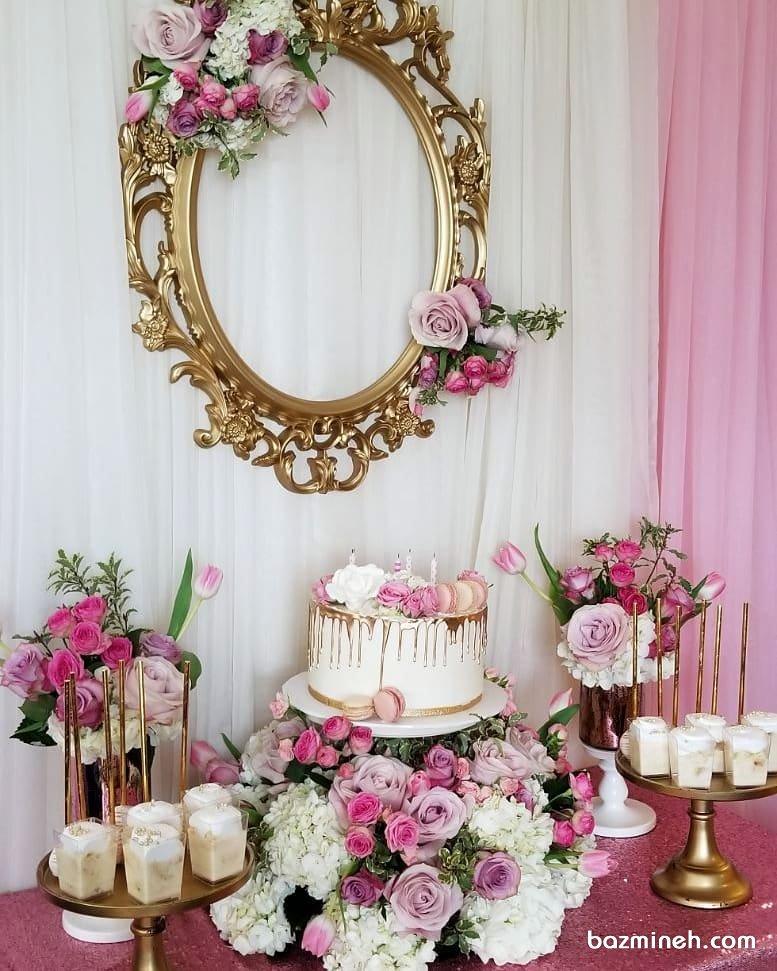دکوراسیون ساده و شیک میز پذیرایی جشن تولد دخترانه تزیین شده با گل های رز صورتی یاسی