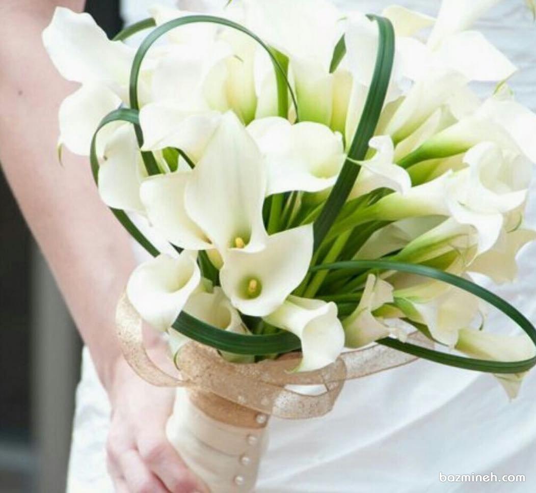 دسته گل کلاسیک عروس با گلهای شیپوری سفید