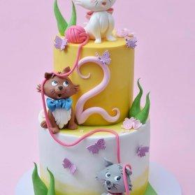 کیک دو طبقه جشن تولد دخترانه با تم گربه های اشرفی