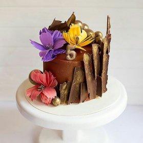 مینی کیک شکلاتی جشن تولد یا سالگرد ازدواج تزیین شده با گل های درشت رنگی