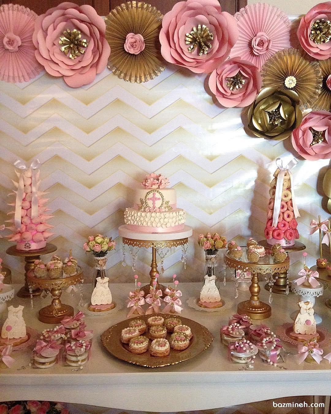 دکوراسیون زیبای جشن تولد دخترانه با تم سفید صورتی طلایی تزیین شده با گل های کاغذی