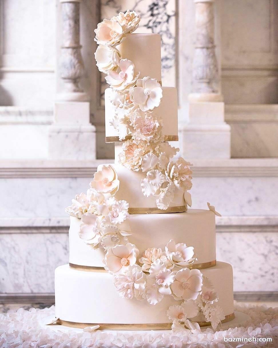 کیک شیک و ساده چند طبقه جشن نامزدی یا عروسی با تزیین گل های فوندانت