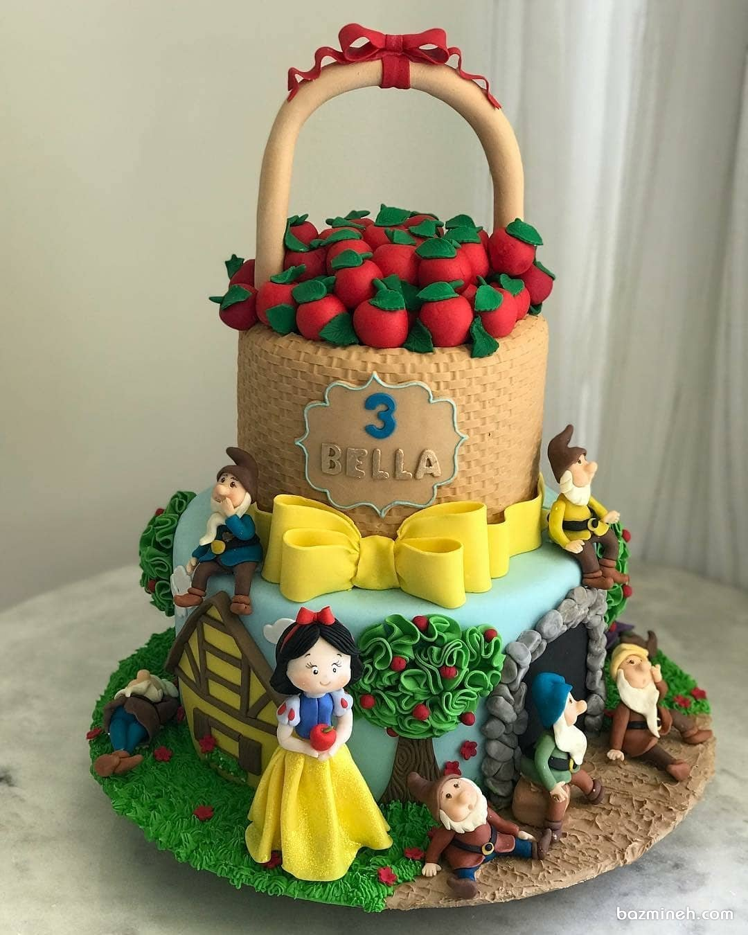 کیک فوندانت جشن تولد دخترانه با تم سفید برفی و هفت کوتوله