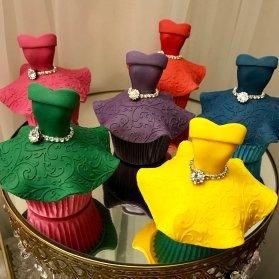 کاپ کیک های بامزه جشن تولد دخترانه به شکل لباس های مجلسی رنگی