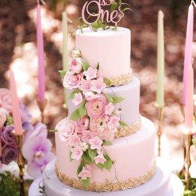 کیک چند طبقه رویایی جشن تولد دخترانه با تم صورتی