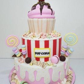 کیک چند طبقه فوندانت جشن تولد دخترانه با تم آبنبات چوبی و شکلات