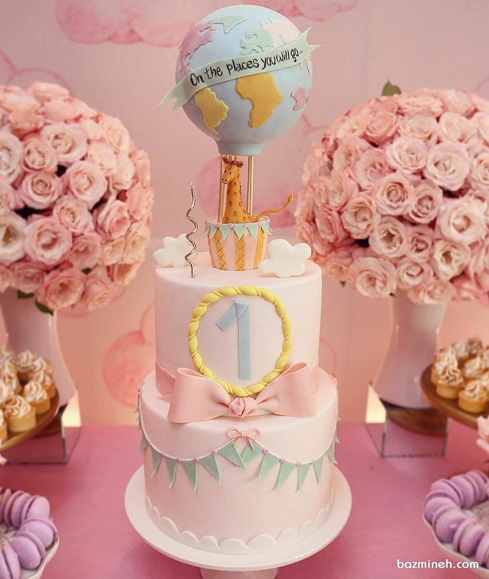 کیک دو طبقه جشن تولد کودک با تم زرافه و بالن