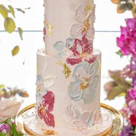 کیک چند طبقه ساده و شیک جشن تولد تزیین شده با گل های آبرنگی