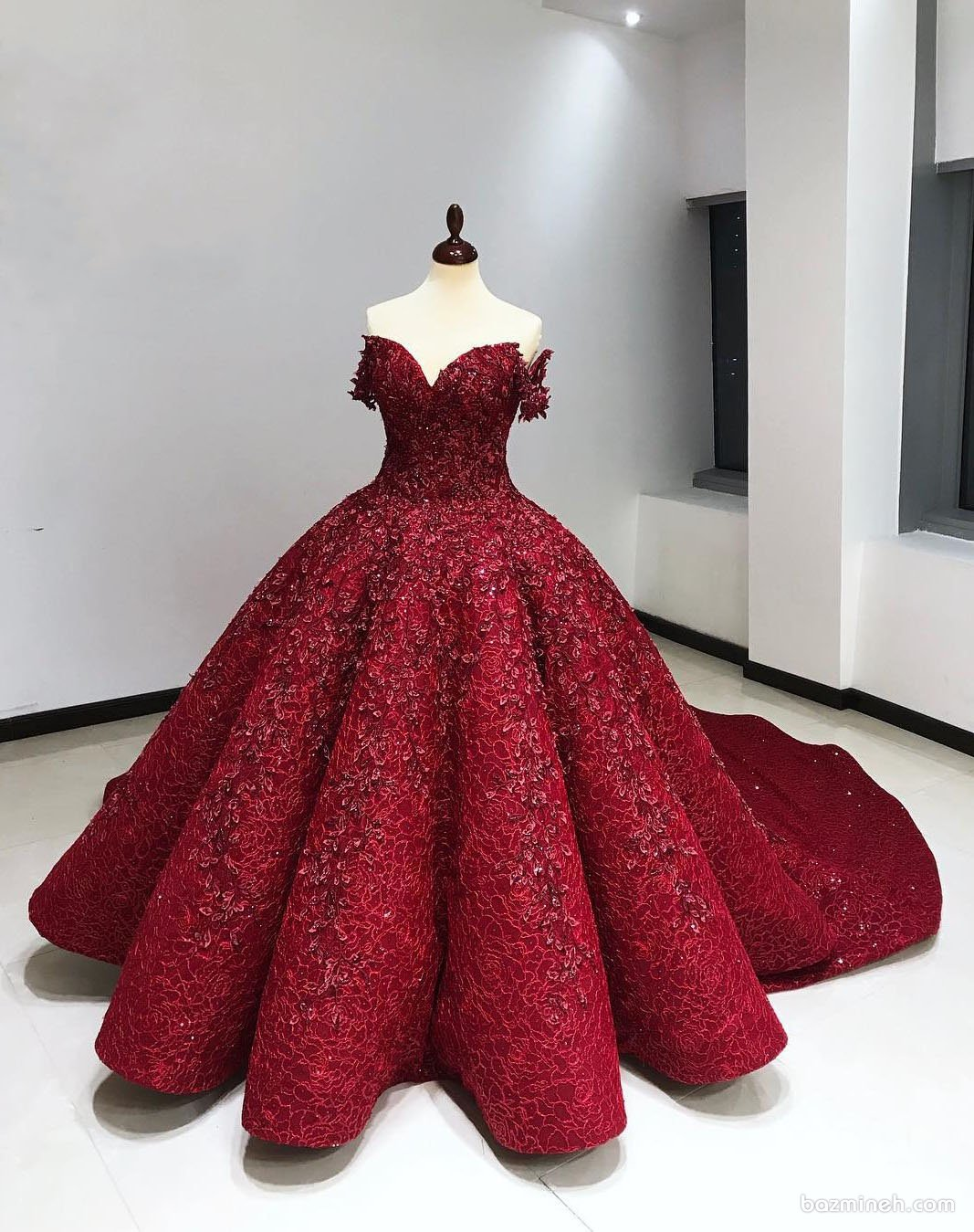 لباس نامزدی قرمز رنگ کار شده با یقه دلبری آستین دار و دامن کلوش دنباله دار