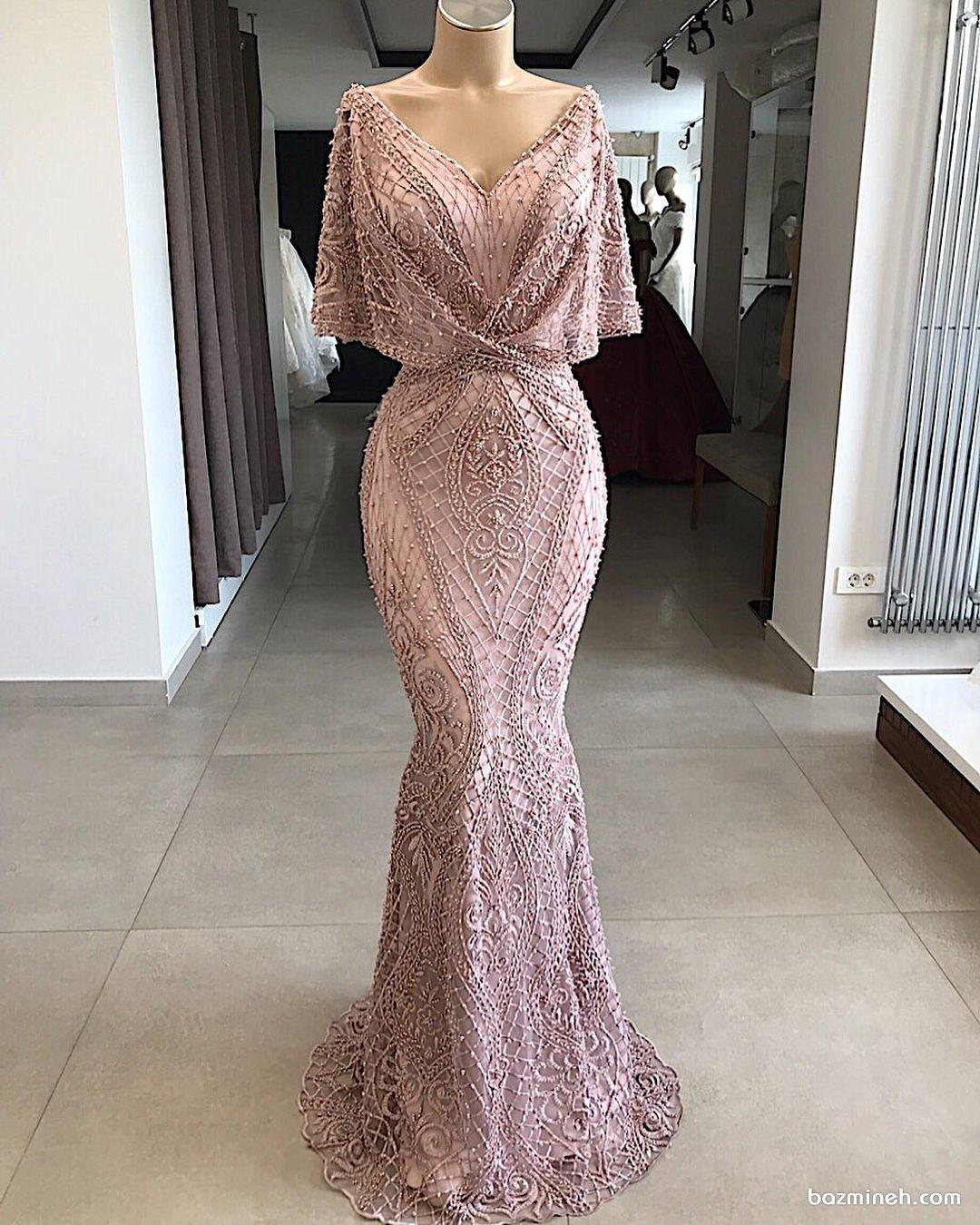 مدل زیبای لباس شب زنانه صورتی رنگ مروارید دوزی شده با یقه هفت باز و دامن مدل ماهی مناسب برای ساقدوش های عروس