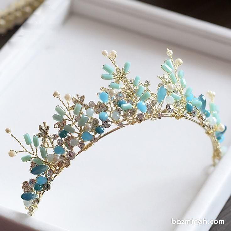 تاج عروس ظریف و زیبای طلایی با سنگ های آبی فیروزه ای مناسب برای ست کردن با لباس نامزدی