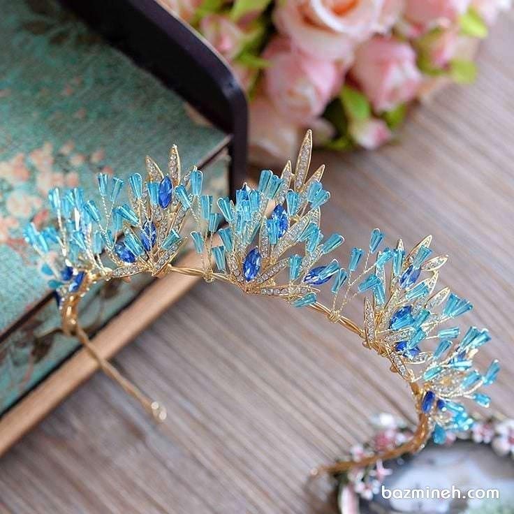 تاج عروس ظریف طلایی با سنگ های آبی مناسب برای ست کردن با لباس نامزدی آبی