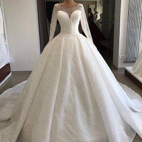 مدل لباس عروس زیبا و شکیل سنگدوزی شده با دامن پفی کلوش دنباله دار و آستین های توری