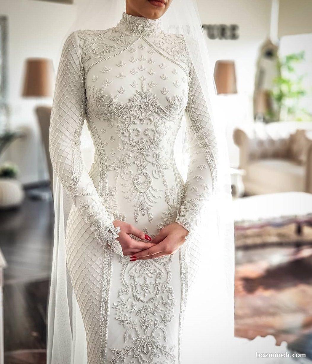 لباس عروس ساده و شیک پوشیده ماکسی سنگدوزی شده با تور عروس بلند مناسب برای عروس خانم های خوش سلیقه