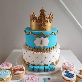 کیک دو طبقه و کاپ کیک های جشن تولد پسرانه با تم پادشاه سفید آبی