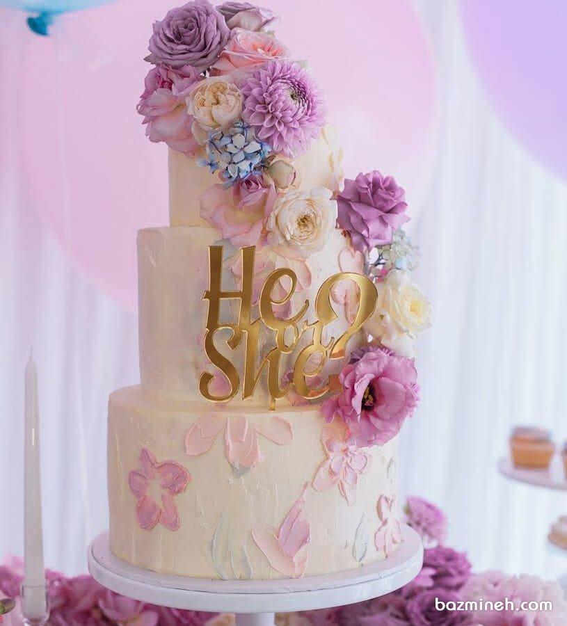 کیک چند طبقه زیبای جشن بیبی شاور یا تعیین جنسیت با تم سفید یاسی تزیین شده با گل های طبیعی