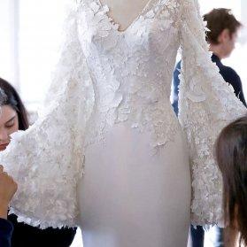 مدل بالا تنه کار شده لباس مجلسی با گل های برجسته در آستین ها و یقه ی هفت باز پیشنهادی زیبا برای عروس خانم ها در مراسم عقد محضری یا لباس روز فرمالیته
