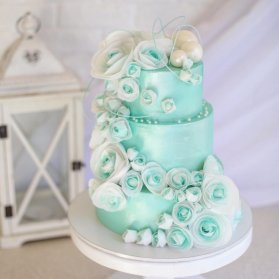 کیک جشن تولد بزگسال با تم آبی فیروزه ای