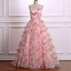 لباس مجلسی دکلته قلبی با پارچه صورتی گلدار و دامن پفی مناسب برای ساقدوش های عروس