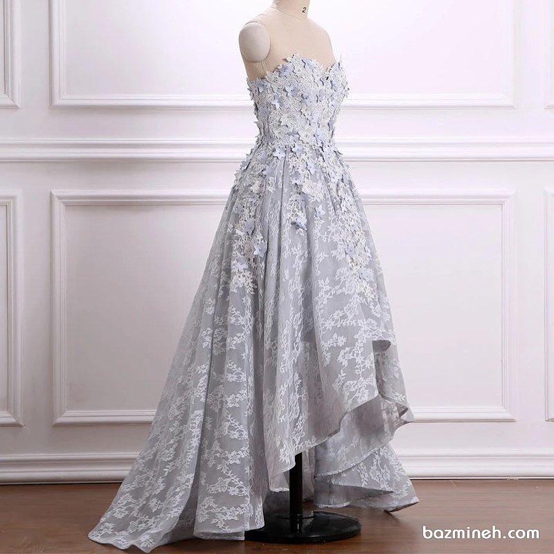مدل لباس مجلسی دکلته قلبی جلو کوتاه پشت بلند با پارچه طوسی روشن گل برجسته دار