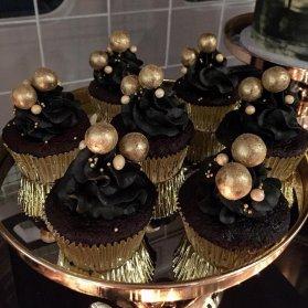 کاپ کیک های ساده و خوشمزه شکلاتی جشن تولد با تم قهوه ای طلایی