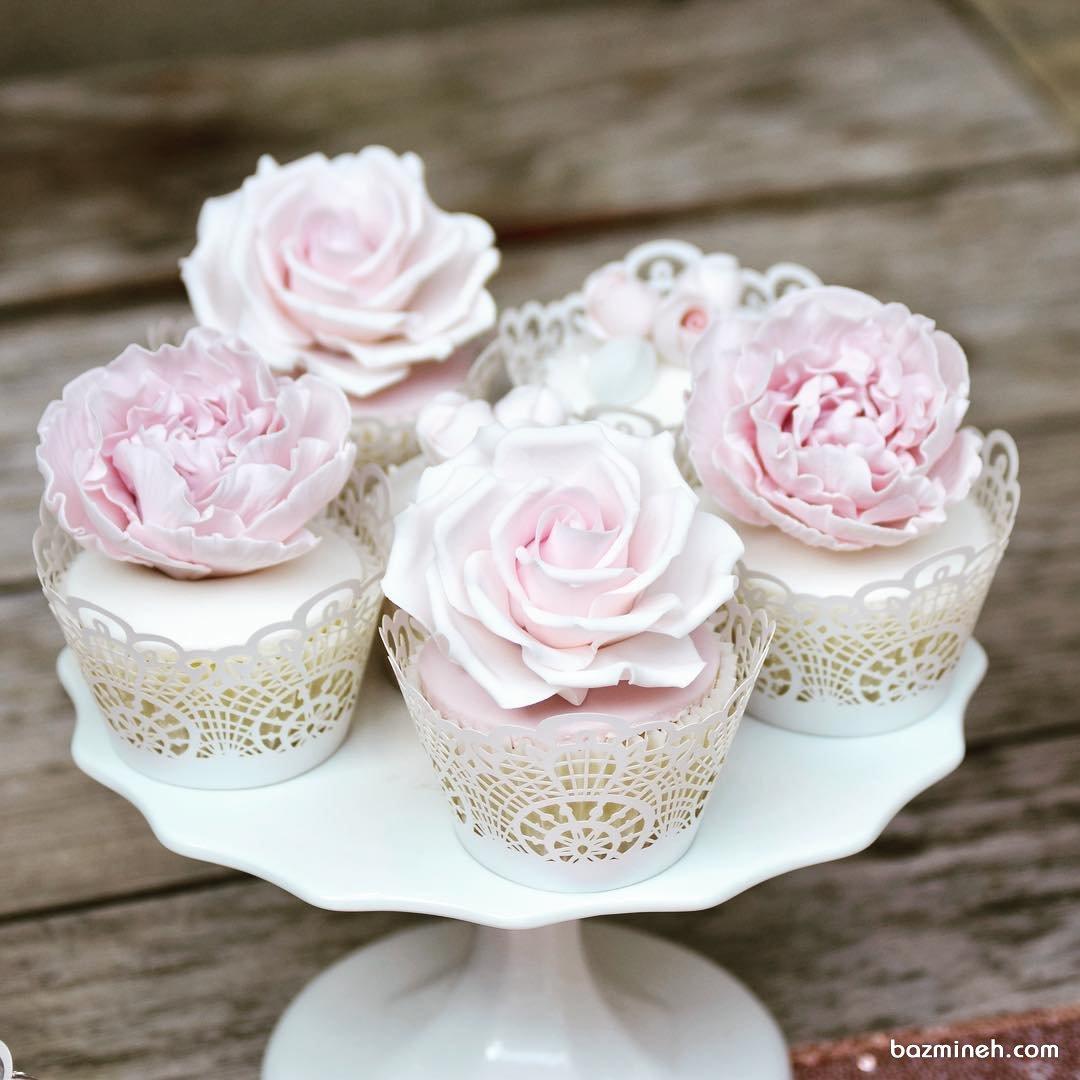 کاپ کیک های ساده و شیک جشن تولد یا سالگرد ازدواج تزیین شده با گل های خمیری فوندانت