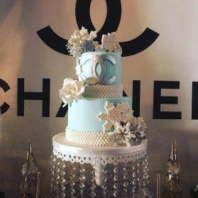 کیک خاص جشن تولد دخترونه با تم برند شنل (Chanel)