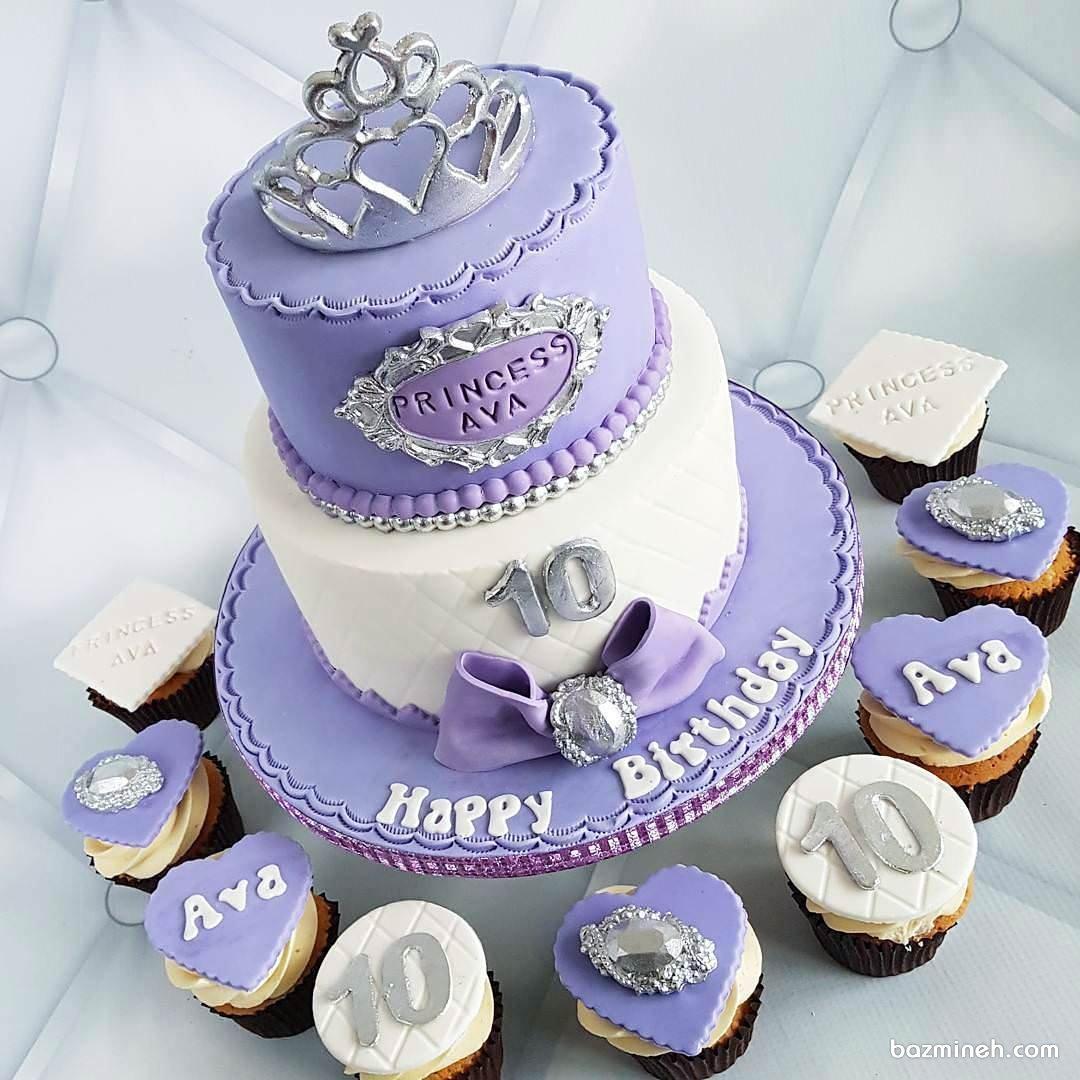 کیک دو طبقه فوندانت به همرا کاپ کیک های زیبای جشن تولد دخترونه با تم تاج یاسی سفید