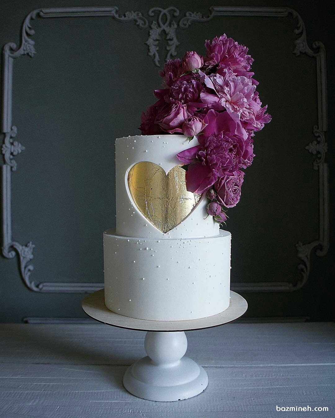 کیک دو طبقه جشن سالگرد ازدواج تزیین شده با گل های طبیعی