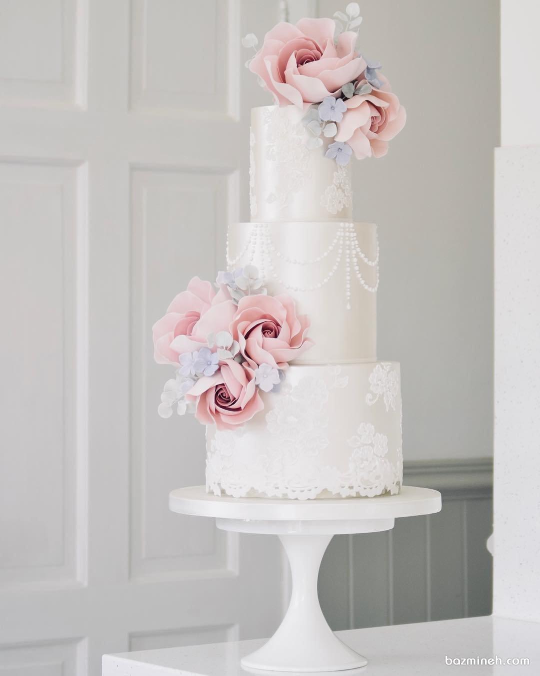 کیک رمانتیک و زیبای جشن نامزدی یا سالگرد عروسی تزیین شده با گل های فوندانت