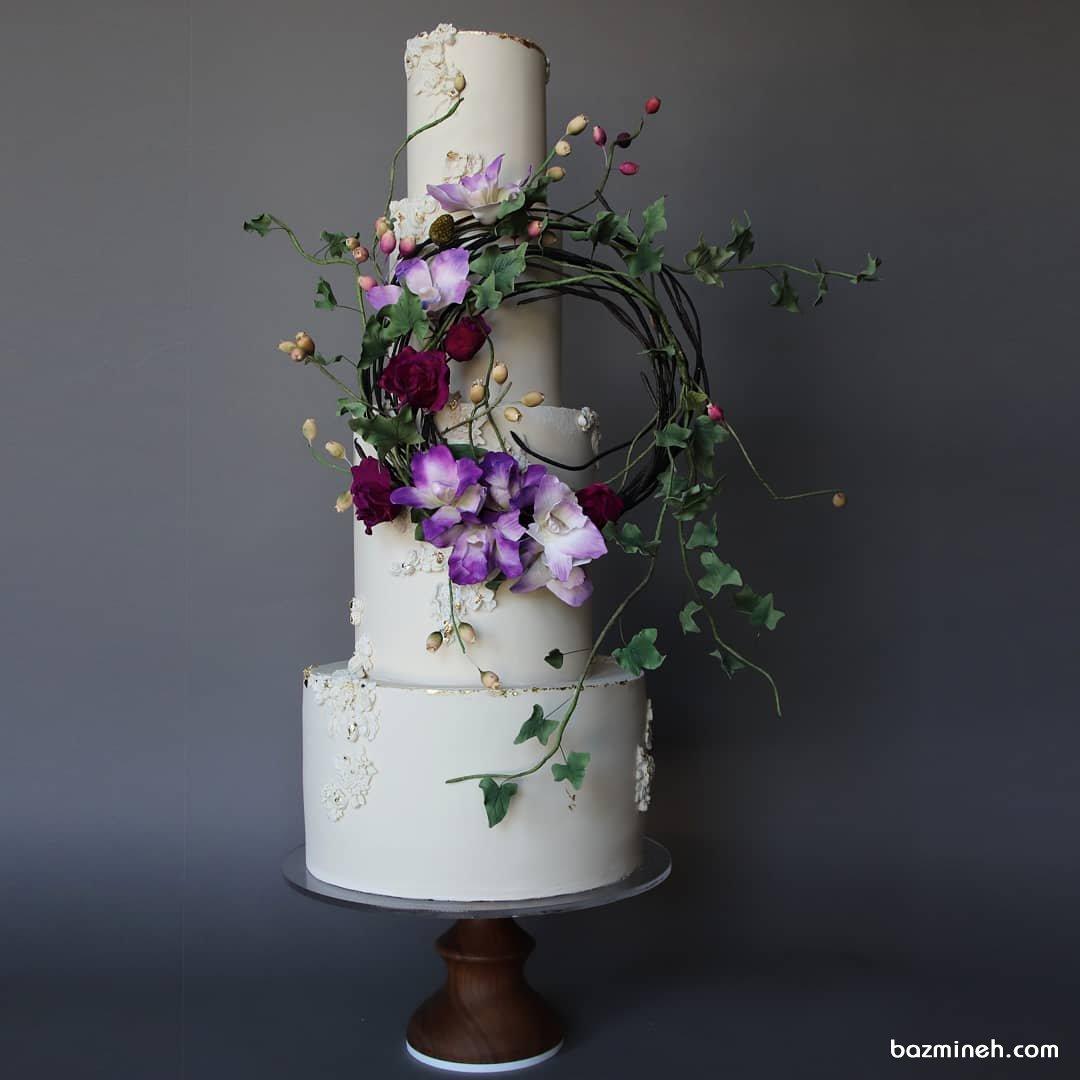 کیک چند طبقه جشن نامزدی یا سالگرد ازدواج تزیین شده با گل های طبیعی