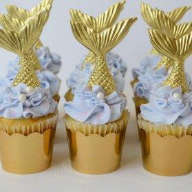 کاپ کیک های ساده و زیبای جشن تولد دخترونه با تم پری دریایی آبی طلایی