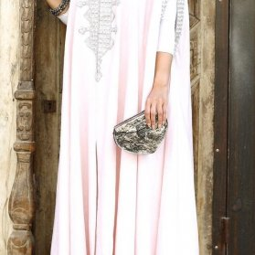 مانتو عقد بلند صورتی رنگ کارشده مدلی زیبا برای عروس خانم ها در مراسم عقد محضری