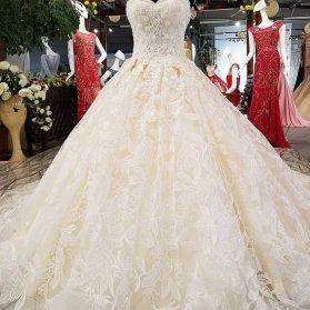 لباس عروس شیک با پارچه طرح دار و یقه دلبری و دامن کلوش دنباله دار