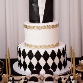 کیک سه طبقه فوندانت جشن تولد پسرانه با تم پاپیون سفید مشکی طلایی