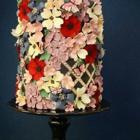 کیک شاد و رنگی جشن تولد بزرگسال تزیین شده با گل های خمیری فوندانت