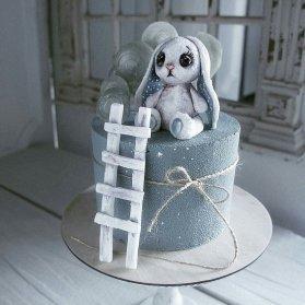 کیک فوندانت جشن تولد کودک با تم خرگوش و نردبان آرزوها