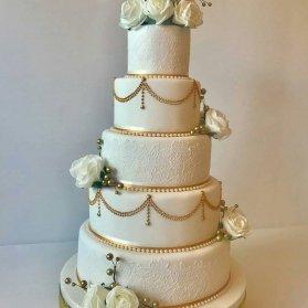 کیک چند طبقه باشکوه جشن نامزدی یا سالگرد ازدواج با طرح تور تزیین شده با گل و مروارید