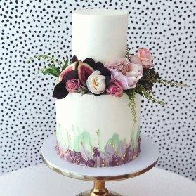 کیک دو طبقه ساده و شیک جشن تولد بزرگسال تزیین شده با گل های طبیعی