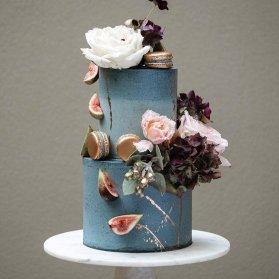 کیک منحصر به فرد جشن تولد بزرگسال یا سالگرد ازدواج تزیین شده با گل های طبیعی و ماکارون های طلایی